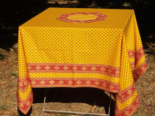 Nappes motifs provençaux, mouche, avec les rebords avec des bandes de tissus cadrés.