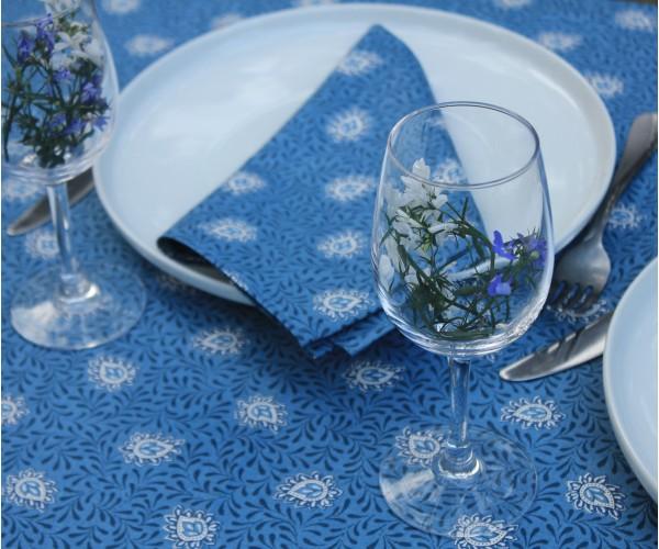 Garlaban bleu Nappes Linéaires Découvrez la collection 100% coton GARLABAN nappes linéaires. Il s'agit de motif répétitif, all over ou rayure. C'est-à-dire que le dessin n'est pas placé sur la nappe. Retrouvez le reste de notre collection GARLABAN sur notre site.