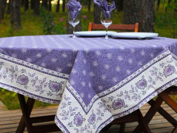 Garlaban Nappes cadrées parme Retrouvez notre collection Garlaban nappes cadrées sur boutique-ensoleillade. Il s'agit de bandes cousues sur les bords du tissu pour créer des coins en onglet.