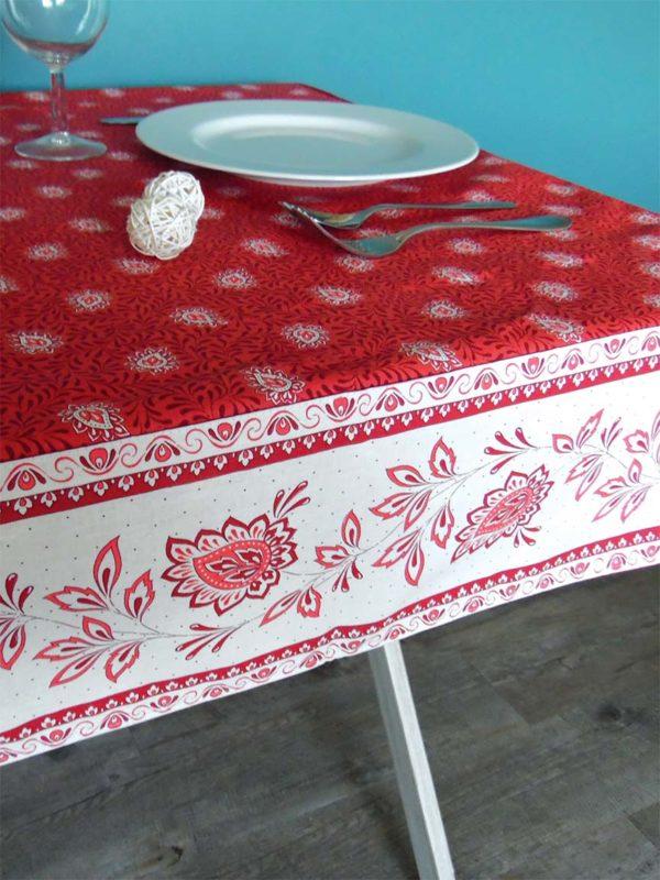 Garlaban Nappes cadrées rouge - Retrouvez notre collection Garlaban nappes cadrées sur boutique-ensoleillade. Il s'agit de bandes cousues sur les bords du tissu pour créer des coins en onglet.