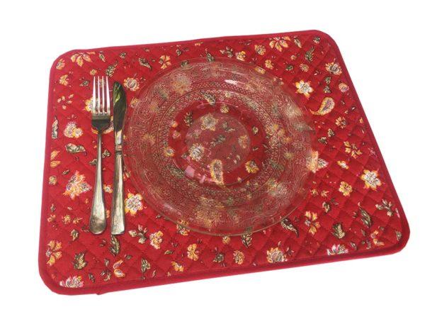 Indienne Set de table rouge - Venez découvrir notre collection INDIENNE. Elle se compose de corbeille ainsi que de serviettes et sets de table. De plus, elle est en promotion.