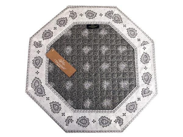 Garlaban Sets de table gris octo Découvrez la collection de sets 100% coton GARLABAN. De plus, nous disposons de 3 modèle de sets : Avec finition biais, cadré et de forme octogonal cadré.
