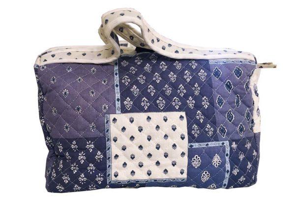 Bagagerie : Vanity et sacs Découvrez notre collection de bagagerie 100% provençale. Vous trouverez vanity, sacs polochon et sacs cabasa associer avec le reste de notre collection. patch blanc bleu vanity
