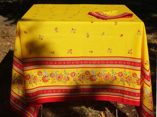 Nappe avec le dessin placé, de couleur jaune et rouge, motifs provençaux