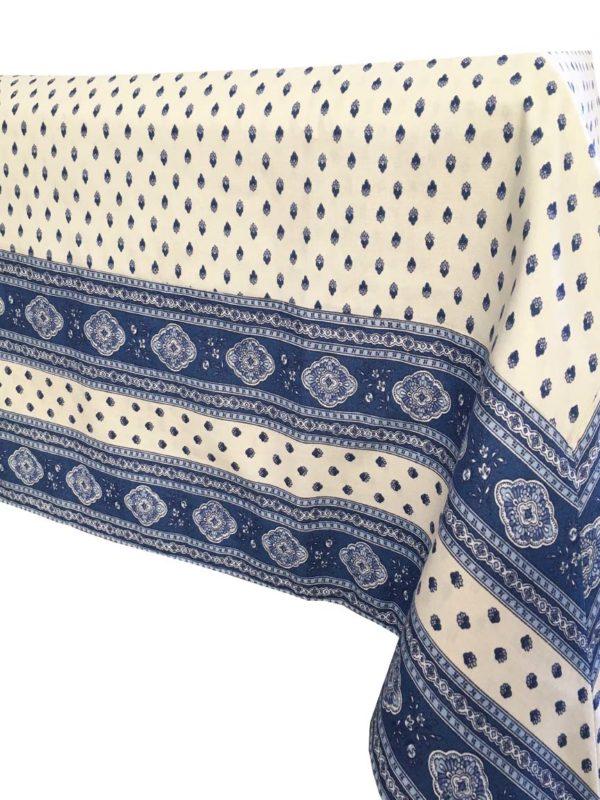 Esterel Nappes cadrées écru bleu - Découvrez la collection de nappes cadrées 100% coton ESTEREL, Il s'agit de notre collection exclusive. Il s'agit de bandes cousues sur les bords du tissu pour créer des coins en onglet.