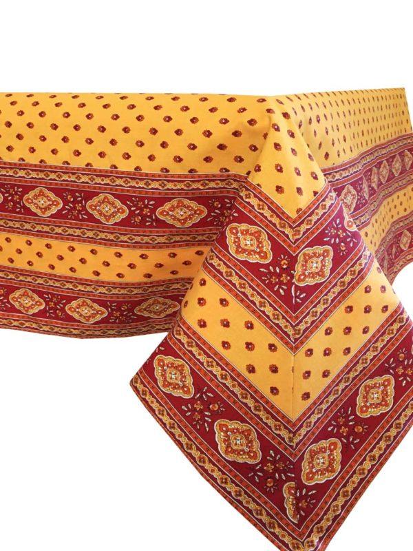 Esterel Nappes cadrées safran - Découvrez la collection de nappes cadrées 100% coton ESTEREL, Il s'agit de notre collection exclusive. Il s'agit de bandes cousues sur les bords du tissu pour créer des coins en onglet.