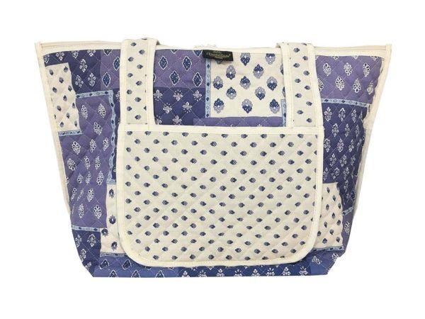 Bagagerie : Vanity et sacs Découvrez notre collection de bagagerie 100% provençale. Vous trouverez vanity, sacs polochon et sacs cabasa associer avec le reste de notre collection. sac Patch blanc bleu