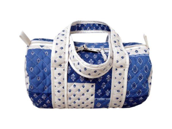 Bagagerie : Vanity et sacs Découvrez notre collection de bagagerie 100% provençale. Vous trouverez vanity, sacs polochon et sacs cabasa associer avec le reste de notre collection. Patch blanc bleu sac polochon