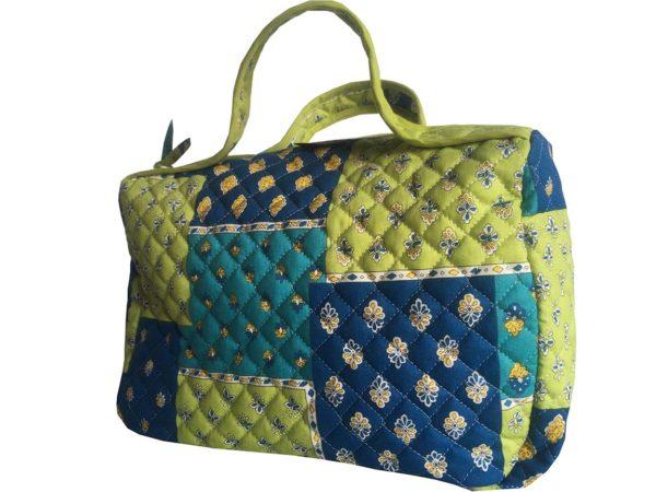 Bagagerie : Vanity et sacs Découvrez notre collection de bagagerie 100% provençale. Vous trouverez vanity, sacs polochon et sacs cabasa associer avec le reste de notre collection. vanity patch bleu anis