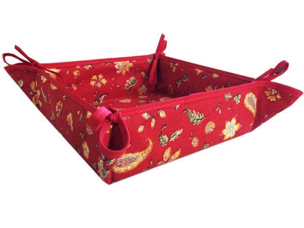 Indienne corbeille rouge 1- Venez découvrir notre collection INDIENNE. Elle se compose de corbeille ainsi que de serviettes et sets de table. De plus, elle est en promotion.