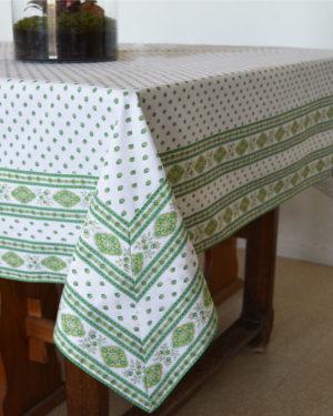 Esterel Nappes cadrées ecru vert - Découvrez la collection de nappes cadrées 100% coton ESTEREL, Il s'agit de notre collection exclusive. Il s'agit de bandes cousues sur les bords du tissu pour créer des coins en onglet.